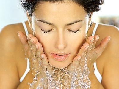 Temeljito umivanje/ čiščenje obraza zjutraj in zvečer. Tako boste odstranili odvečno maščobo in odmrle celice s kože, ki bi sicer zamašile lojnice.